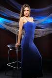 härlig blå mörk klänningkvinna arkivfoto