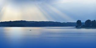 Härlig blå naturbakgrund Fantasidesign konstnärlig base designwallpaper Konstfotografi Himmel moln, vatten Sjö träd Berg fartyg l arkivbild