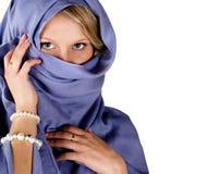 härlig blå scarfkvinna Fotografering för Bildbyråer