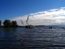 Härlig blå sjö av Kola Peninsula Arkivbild