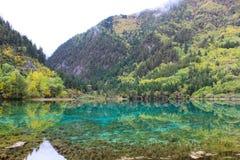 Härlig blå sjö i berg Royaltyfri Foto