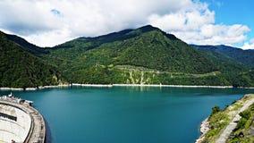 Härlig blå sjö på en fördämning, en vattenkraftstation royaltyfria bilder