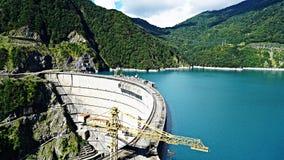Härlig blå sjö på en fördämning, en vattenkraftstation arkivbild