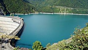 Härlig blå sjö på en fördämning, en vattenkraftstation royaltyfri fotografi