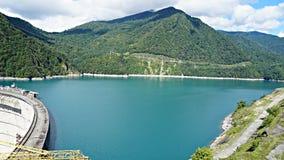 Härlig blå sjö på en fördämning, en vattenkraftstation royaltyfri foto