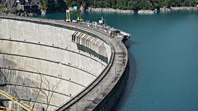 Härlig blå sjö på en fördämning, en vattenkraftstation arkivfoto