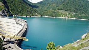 Härlig blå sjö på en fördämning, en vattenkraftstation arkivfoton