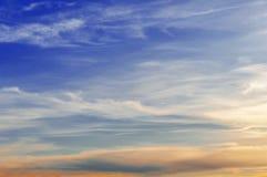Härlig blå solnedgånghimmel med moln Royaltyfria Foton
