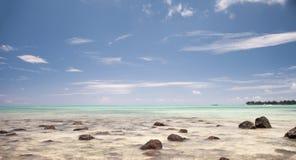 Härlig blå stenig strand på måndag Choisy i Mauritius Royaltyfri Bild