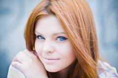 härlig blå synad hög key stående för flicka Royaltyfria Foton