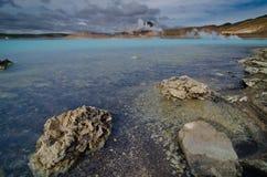 Härlig blåttlake nära en kraftverk i Island Royaltyfri Bild