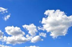 Härlig blåttsky med moln fotografering för bildbyråer