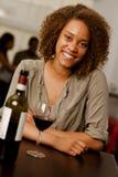 Härlig blandad-lopp kvinna i en restaurang royaltyfri fotografi