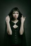 Härlig blek kvinna med den svarta kappan Royaltyfri Foto