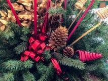 Härlig blom- höjdpunkt med stearinljus på ett festligt äta middag tabell lagt klart för julmatställe i ett traditionellt hem royaltyfria bilder