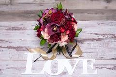 Härlig blom- ordning, på den sjaskiga vita trätabellen med utrymme för text Royaltyfria Foton