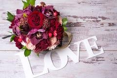 Härlig blom- ordning, på den sjaskiga vita trätabellen med utrymme för text Arkivfoton