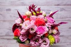 härlig blom- rosa och röd ros för ordning, rosa eustoma, gul krysantemum Royaltyfri Fotografi