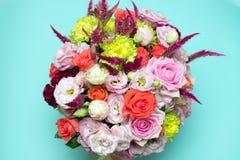 härlig blom- rosa och röd ros för ordning, rosa eustoma, gul krysantemum Arkivbilder