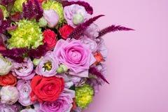härlig blom- rosa och röd ros för ordning, rosa eustoma, gul krysantemum Arkivbild