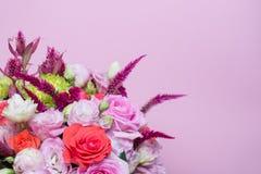 härlig blom- rosa och röd ros för ordning, rosa eustoma, gul krysantemum Arkivfoton