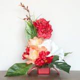 Härlig blom- sammansättning med konstgjorda blommor royaltyfri fotografi