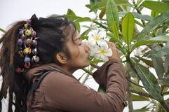Härlig blomma för kvinnahårDreadlock kyss Fotografering för Bildbyråer