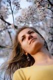 härlig blomma flicka sakura Fotografering för Bildbyråer