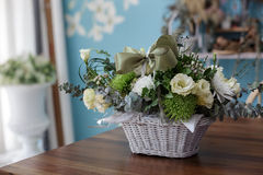 Härlig blomma i en korg med det gröna bandet Arkivbild