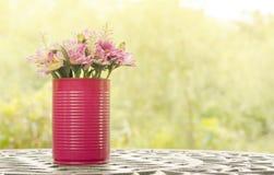Härlig blomma i vas på tabellen i tappningstil royaltyfria bilder