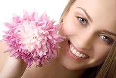 härlig blomma isolerad leendekvinna Royaltyfri Fotografi