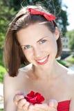 härlig blomma som rymmer den röda kvinnan fotografering för bildbyråer