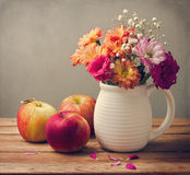 Härlig blommabukett fotografering för bildbyråer
