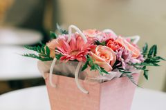 Härlig blommabukett i en rosa ask, valentin, gåvabegrepp arkivfoto