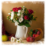 Härlig blommabukett med frukter arkivbild