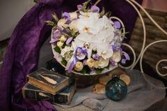 Härlig blommabukett med vita orkidér Fotografering för Bildbyråer