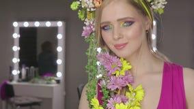 härlig blommaflickafjäder ny hud lager videofilmer