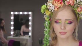härlig blommaflickafjäder ny hud arkivfilmer