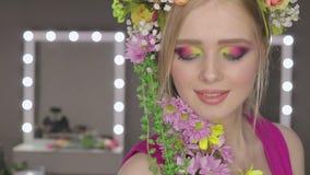härlig blommaflickafjäder ny hud stock video