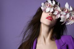 härlig blommaflickaorchid Framsida för skönhetmodellkvinna på purpurfärgad bakgrund arkivfoton