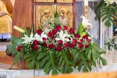 Härlig blommagarnering i en kyrka under katolsk ceremoni royaltyfria bilder