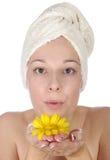 härlig blommakvinnayellow Royaltyfria Foton