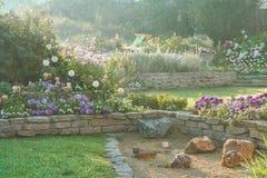 Härlig blommande trädgård på gryning Arkivfoton