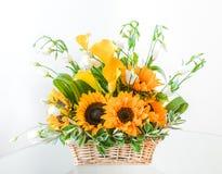 Härlig blommaordning med solrosor och Sunny Yellow Calla Lilies i en korg Royaltyfri Foto