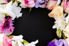 Härlig blommaram på mörk bakgrund Arkivfoto