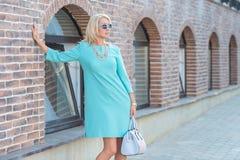 Härlig blond bärande klänning för ung kvinna arkivbilder
