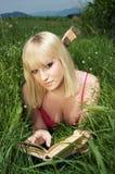 härlig blond bokflickaavläsning Royaltyfri Bild