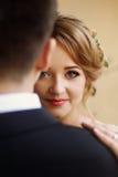 Härlig blond brudstående, closeup av den ursnygga nygifta personen wo arkivbild