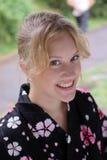 härlig blond caucasian klädd flickakimono arkivfoto