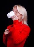 härlig blond dricka teakvinna Arkivfoton